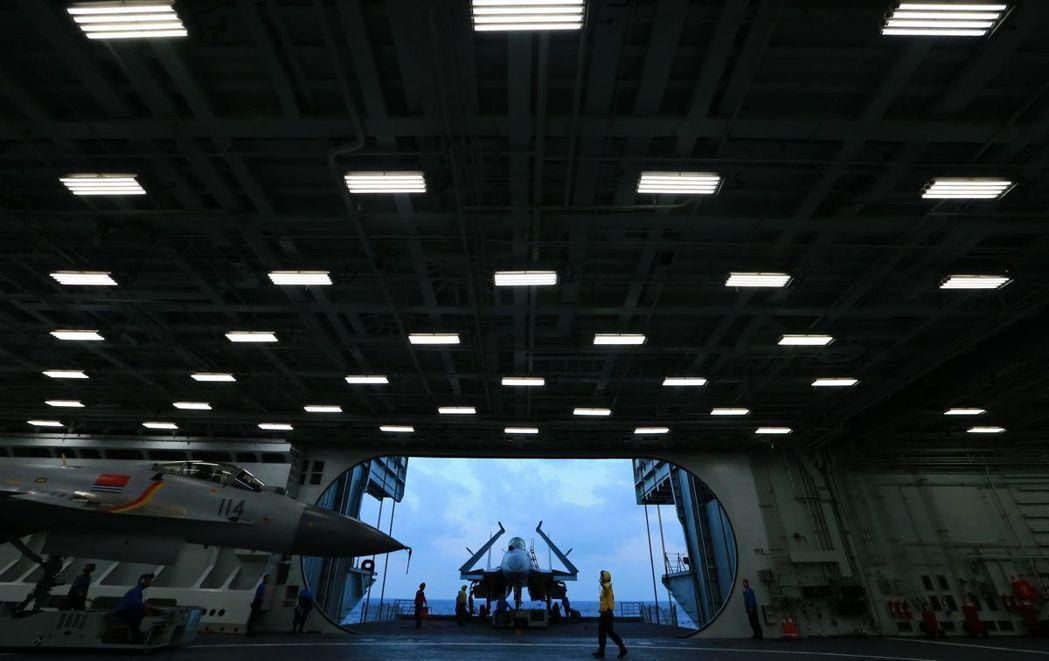 大陸拚命造航母加強戰力,未來15年可能有6艘,圖為遼寧艦戰鷹出「巢」。 (中新社...