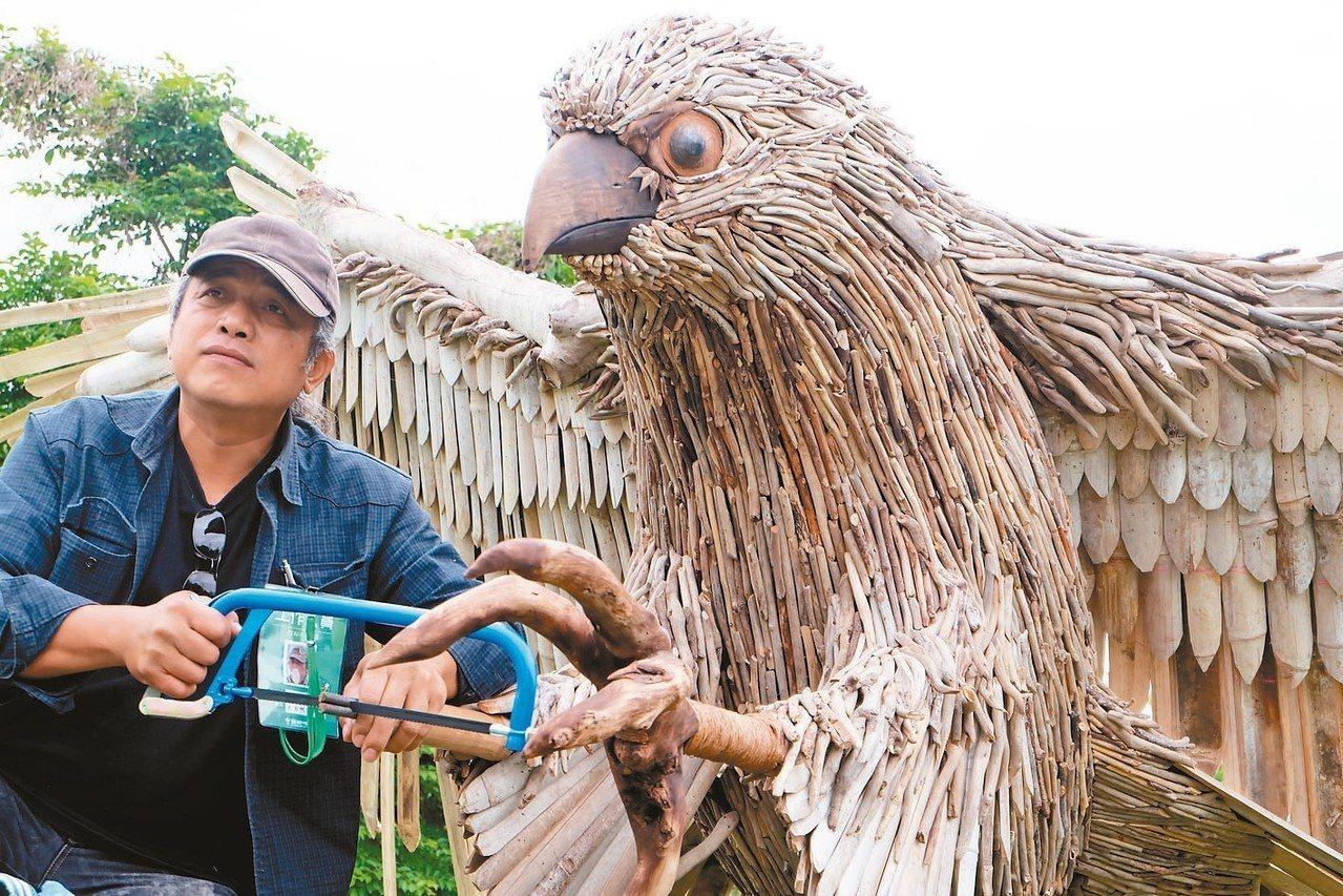 宜蘭岸際經常堆置不少漂流木,常用漂流木當創作媒材的藝術家范志明認為一旦遭清除,海...