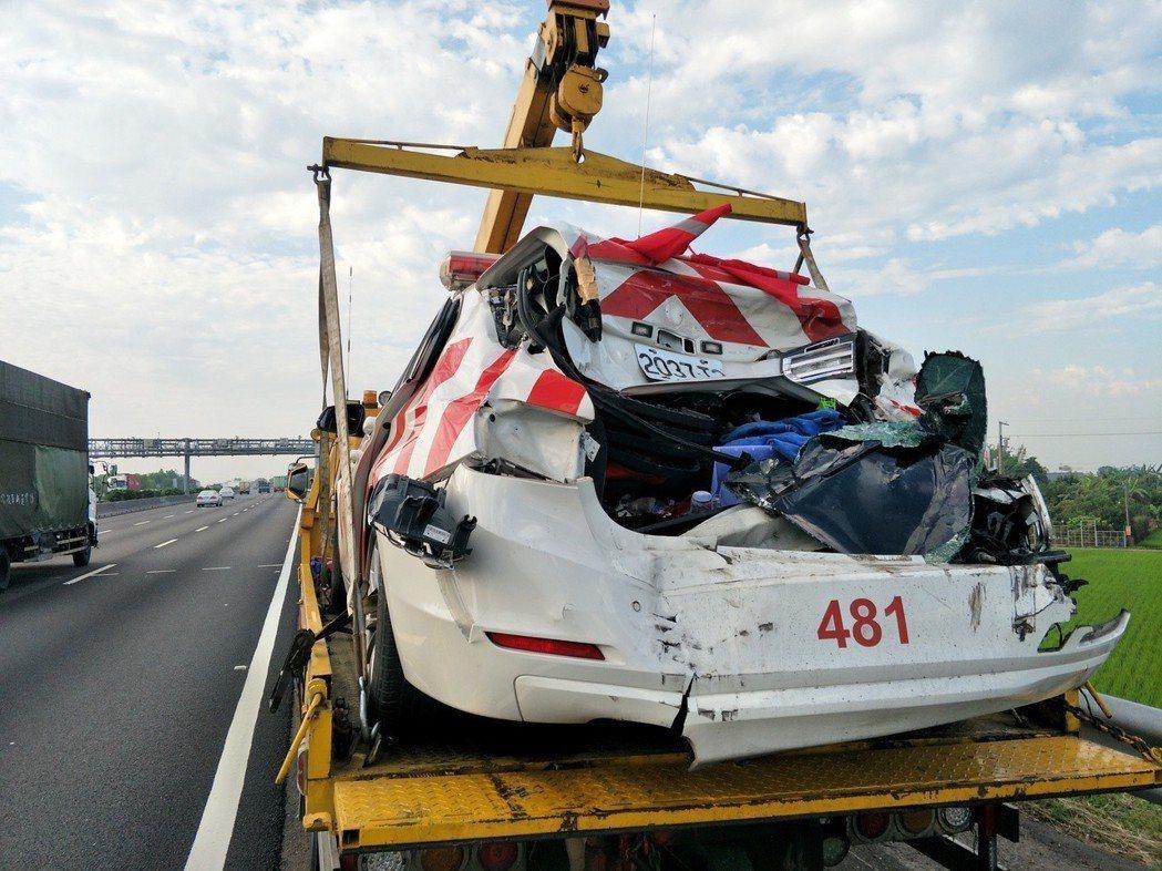國道警方麻豆取締違規車遭撞遭,警車撞成稀爛。 記者謝進盛/攝影