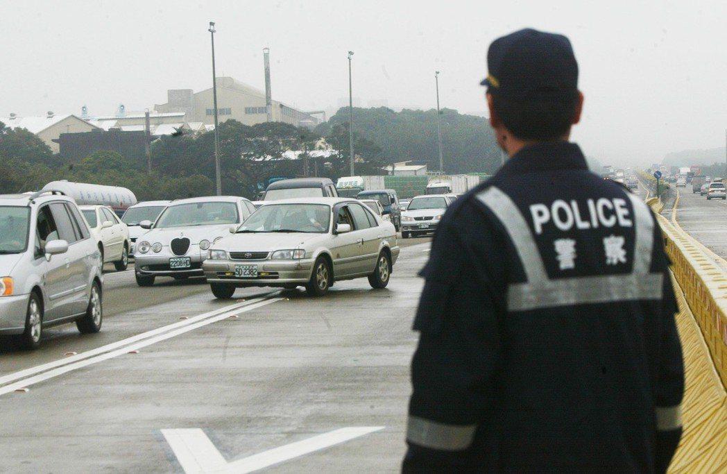 國道警察以肉身直接面對各式車輛呼嘯而過,非常危險。 圖/聯合報系資料照片
