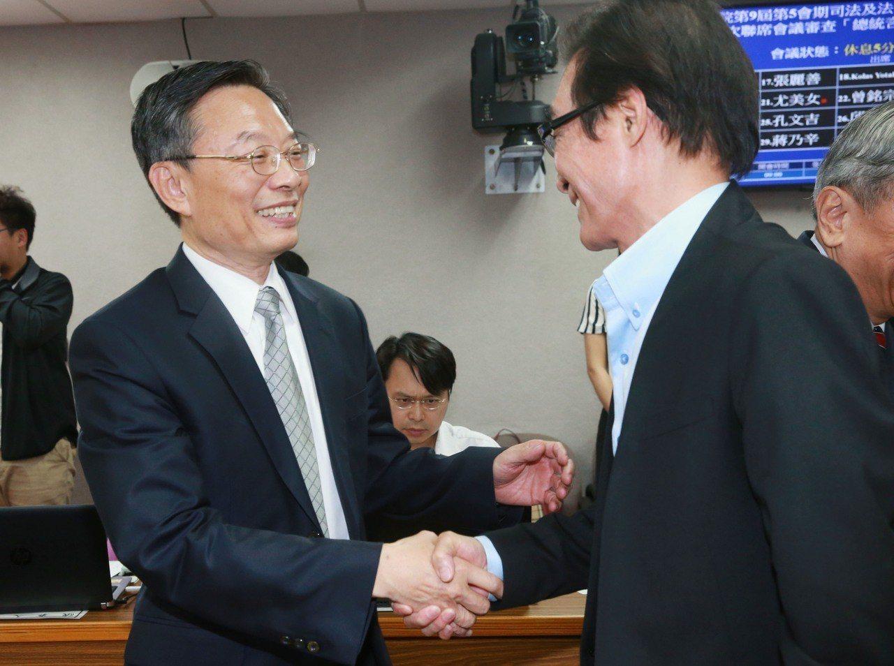 檢察總長被提名人江惠民(左)赴立院備詢。 聯合報記者黃義書/攝影