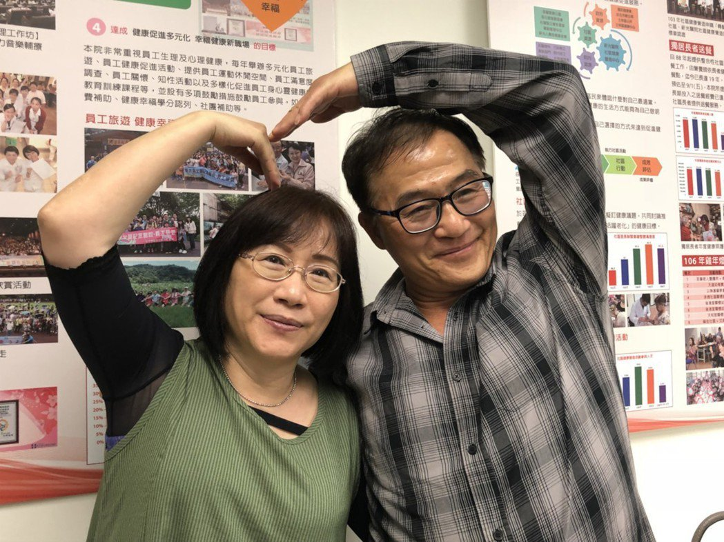 57歲陳先生(右)抽菸喝酒達40年之久,1年半前舌頭冒出青、白色腫包,就醫確診舌...