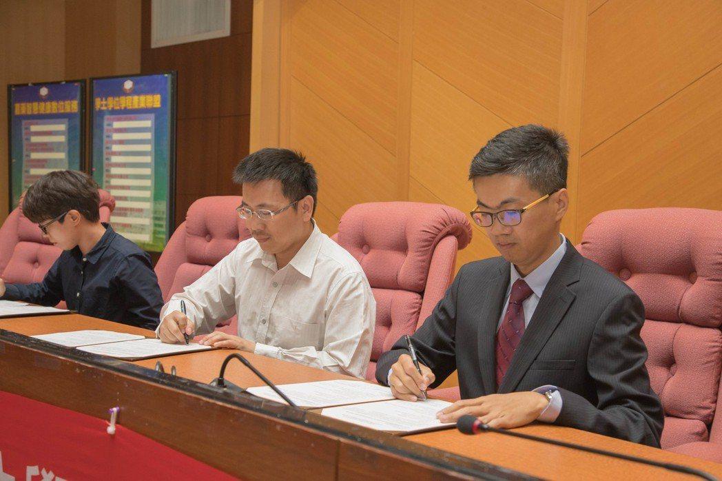 健康智慧數位服務學位學程召集人劉川綱教授(右)與廠商代表共同簽約。 嘉藥/提供