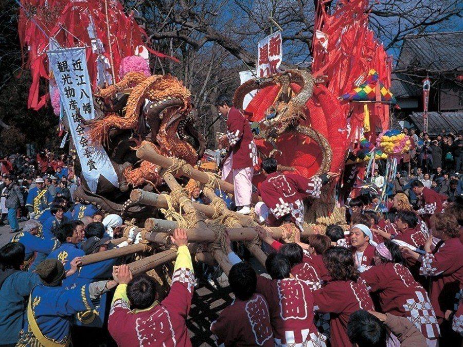 「近江八幡的左義長祭在最後全部燒光之前的遊行,如果不同庄頭的左義長在路上遇到了還...
