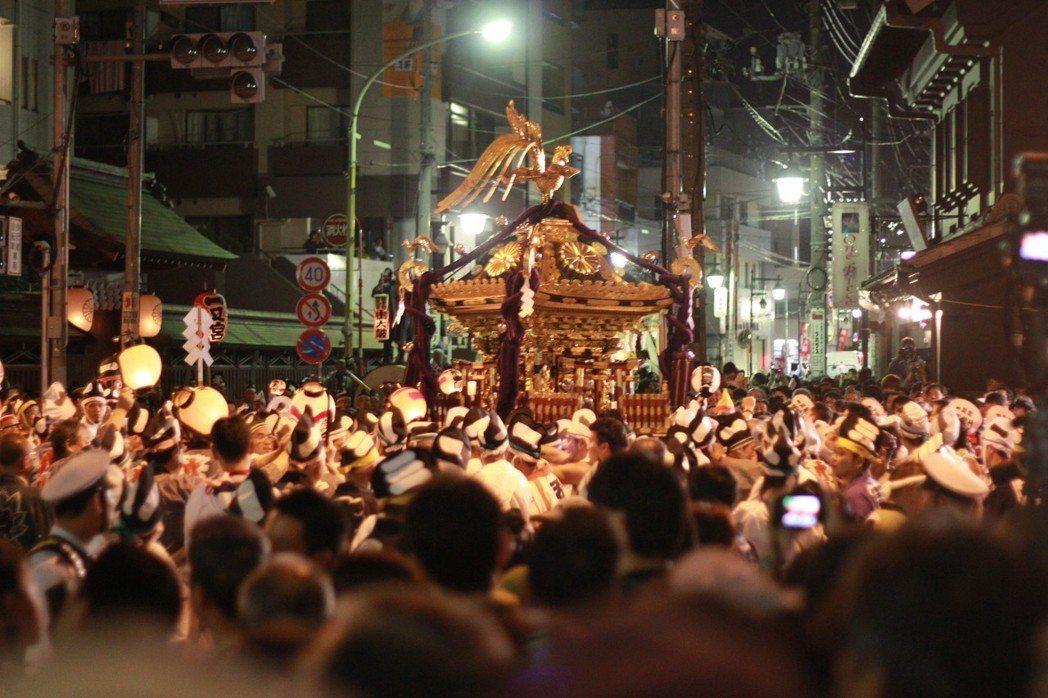 由大國魂神社主辦的「暗闇祭」,歷史比江戶幕府還要久。因為「高貴的神明不能被凡人看...