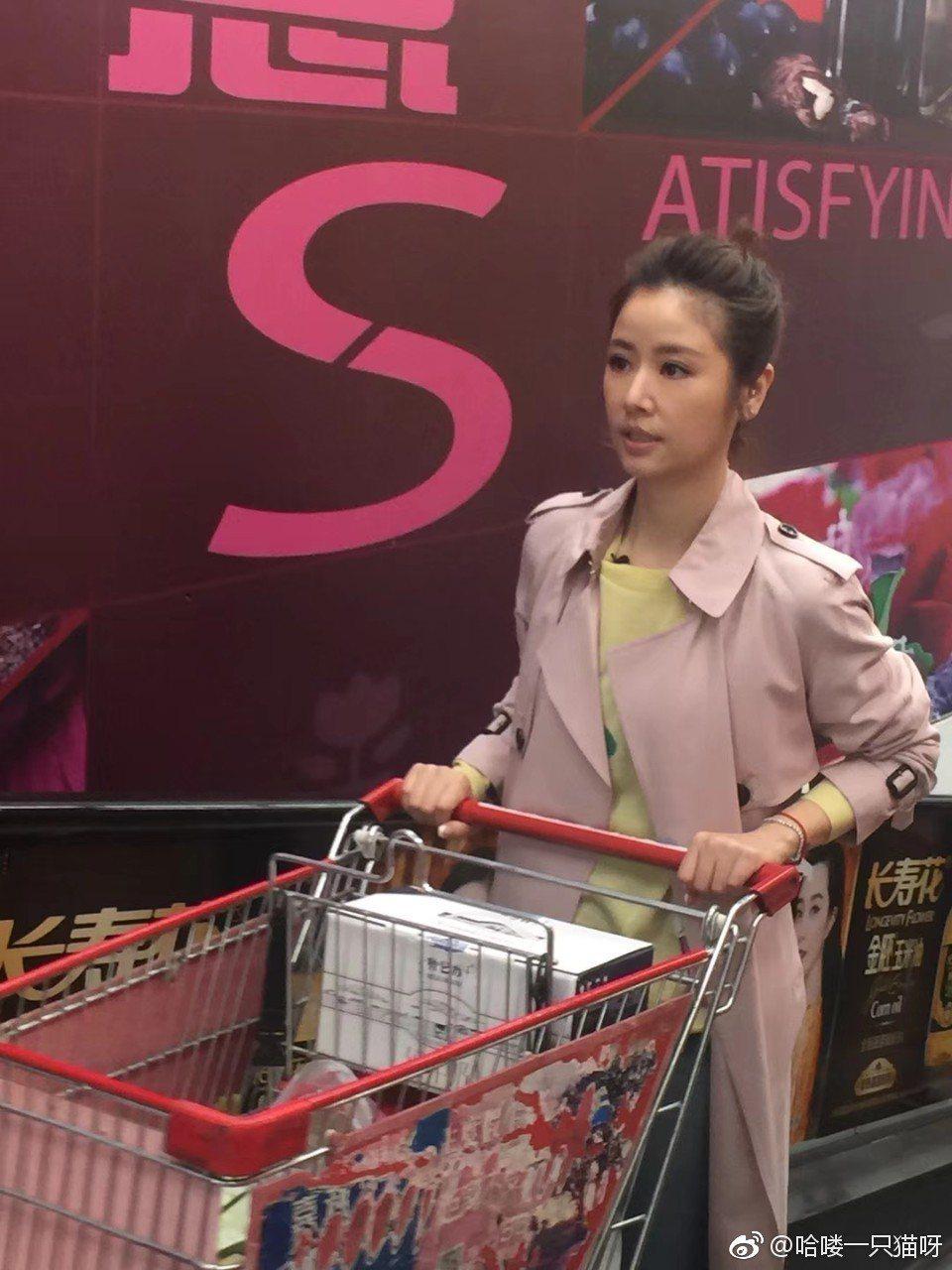 林心如現身超市,民眾瘋圍觀保安忙開路。 圖/擷自微博