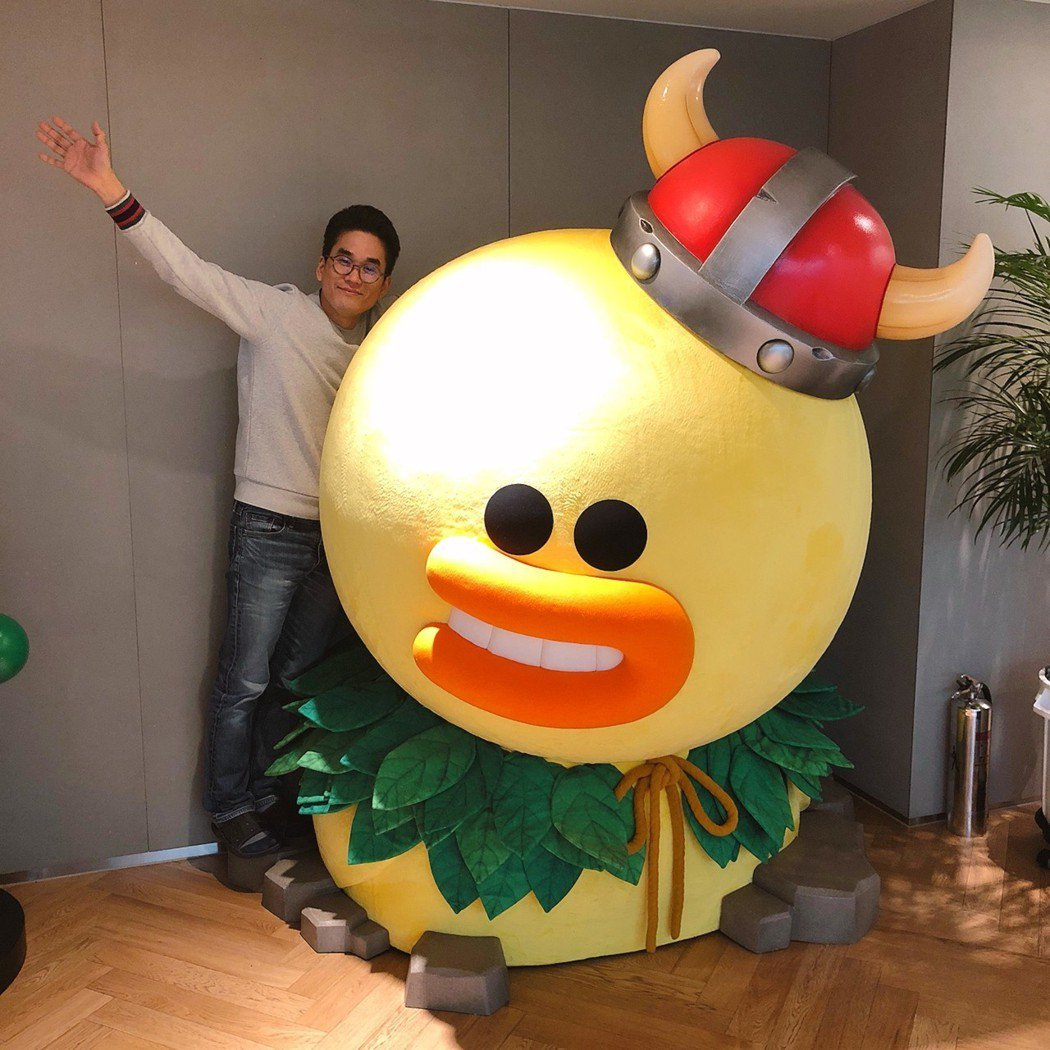 童心未泯的《LINE 熊大王國》製作人李勇鉉,與辦公室中的大型《LINE 熊大王...