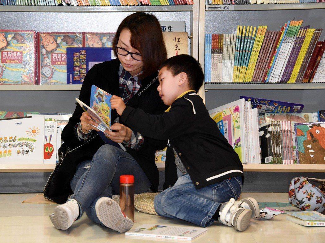 研究指出,親子共讀可以刺激兒童腦部發育,也可以增加美好經驗。 新華社