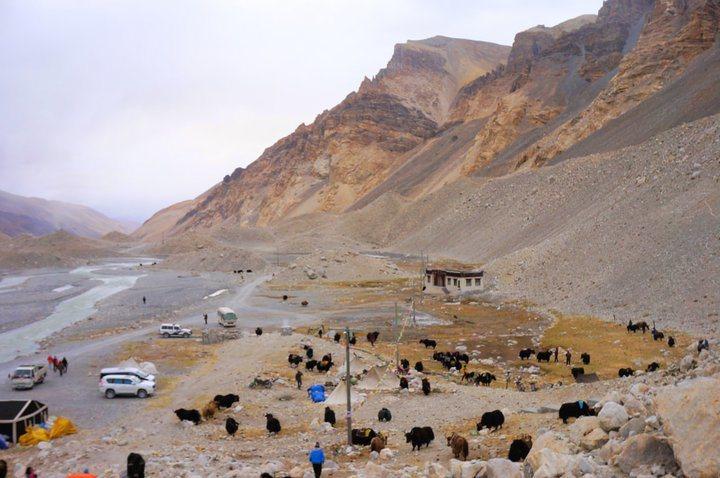 環保車從營地沿著這顛簸的路開上來(@Tibet)。 圖/背包客棧