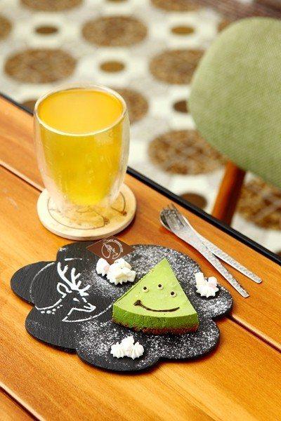 小山園抹茶生乳酪蛋糕100元(前)/選用日本知名的小山園抹茶粉,加上清柔滑的生乳...