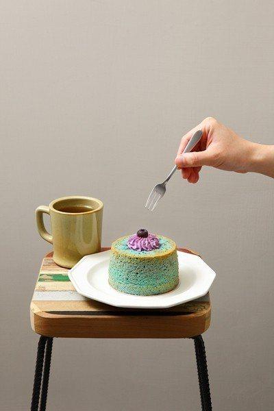 蝶豆花藍莓乳酪戚風140元(前)/用蝶豆花粉調製出神祕的藍色戚風體,再用新鮮藍莓...