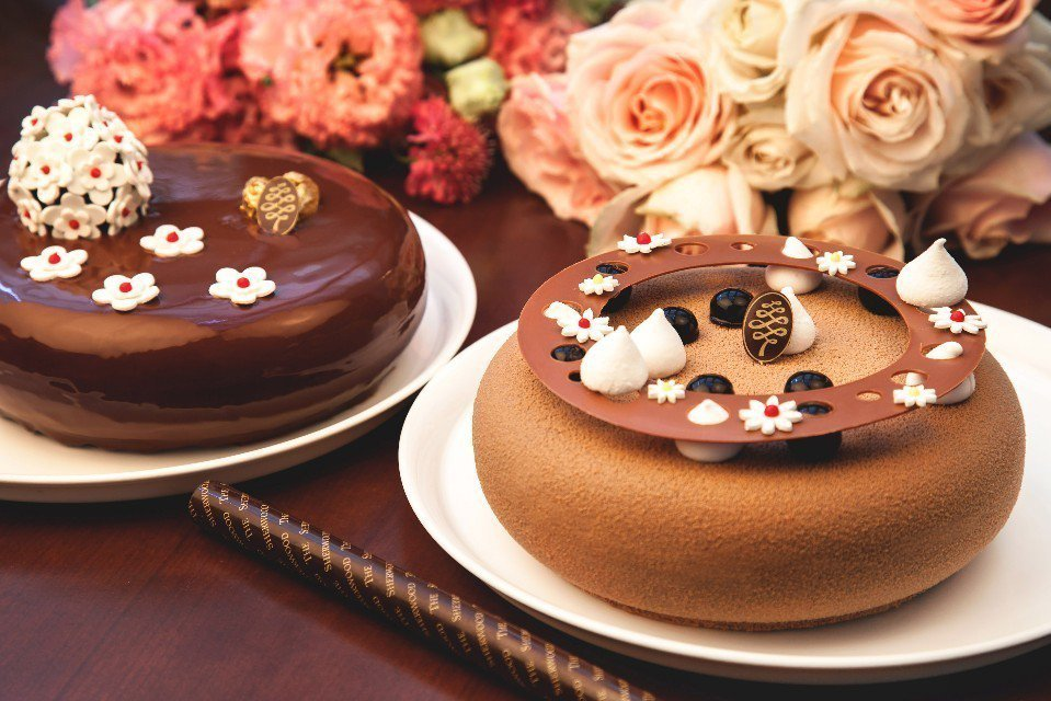 「寵溺可可」(左)和「珍奶伯爵半糖蛋糕」(右)母親節蛋糕。(圖片提供/台北西華飯...