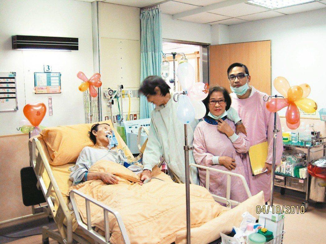 病床前的婚禮癱瘓在床的導演劉立立(左起)在人生尾聲和相戀四十五年的董今狐完婚...