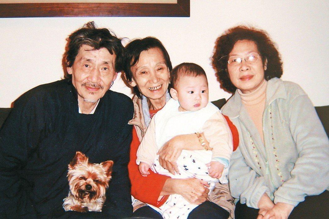導演董今狐(左)、元配王玫(右)與導演劉立立(中)多年前的合影。圖/聯合報系資料...