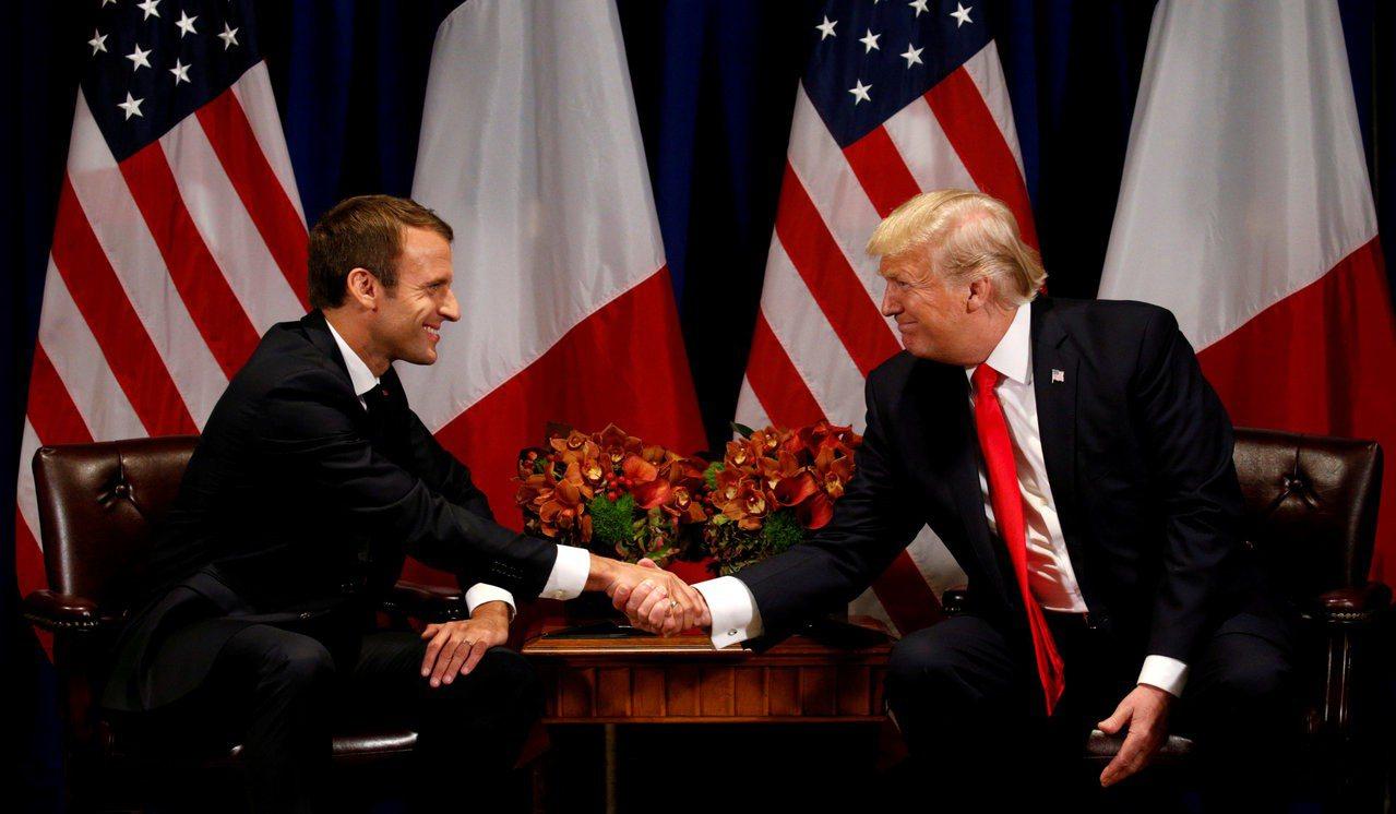 法國總統馬克宏23日抵達美國進行國是訪問,圖為馬克宏去年9月會晤美國總統川普。路...