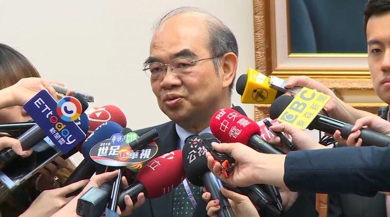 新任教育部長吳茂昆今天首度赴立法院教育委員會做施政報告,開會前接受媒體聯訪。記者...