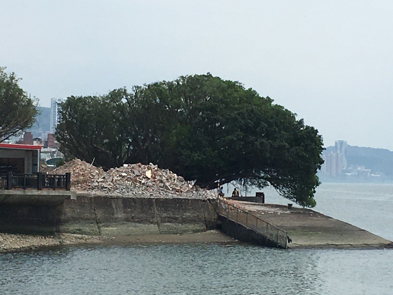 淡水古蹟博物館近期重新整建位在淡水河岸的海關碼頭,將舊有軍方遺留下的數棟軍舍全數...