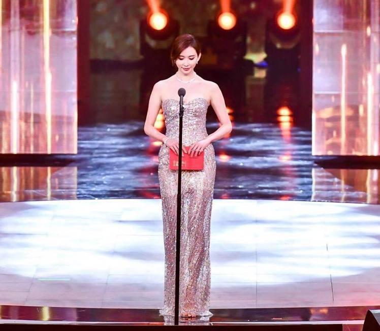 林志玲換上Roberto Cavalli的珠飾禮服,同樣透膚的設計讓一雙美腿若隱...