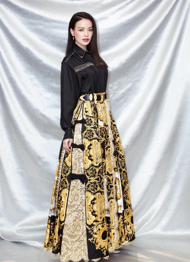 舒淇在典禮中穿的上衣與巴洛克圖騰長裙來自VERSACE春夏系列。圖/VERSAC...