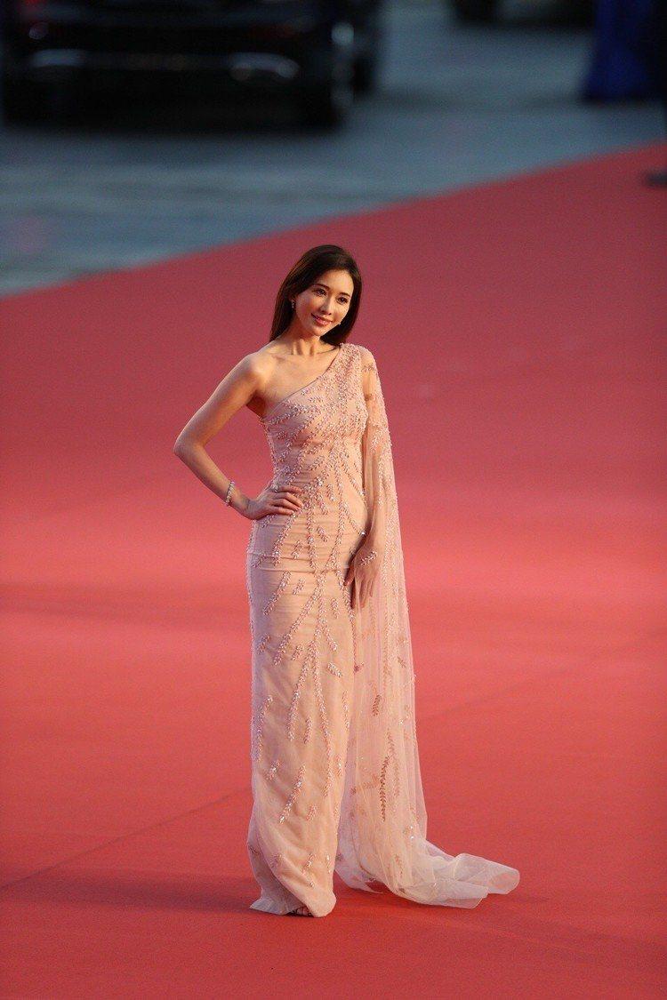 林志玲在紅毯上選了Rami Kadi的裸色薄紗貼身禮服現身,性感又優雅。圖/摘自...