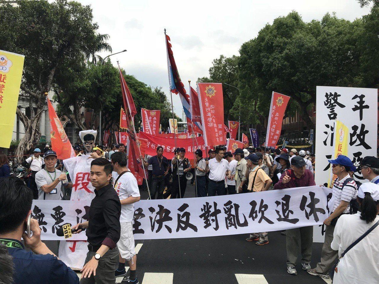 公教警消團體,聚集在立法院周邊抗議政府力推年金改革。記者林麒瑋/攝影