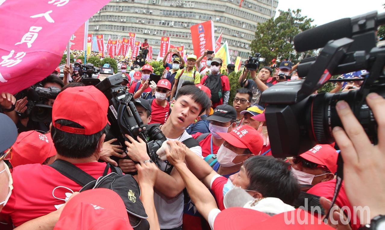 「警消不服從」遊行陳抗活動開始沒多久,靠近監察院現場突然爆發推擠衝突,有媒體攝影...
