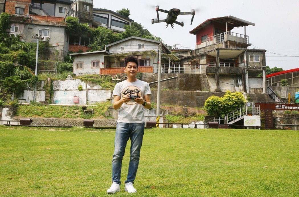 林志穎玩空拍機。記者曾學仁/攝影