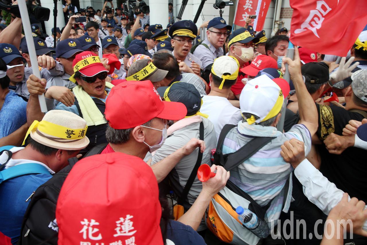 反年改群眾發起的警消不服從大遊行,下午走到監察院陳情時,幾度和警方推擠。記者邱德...