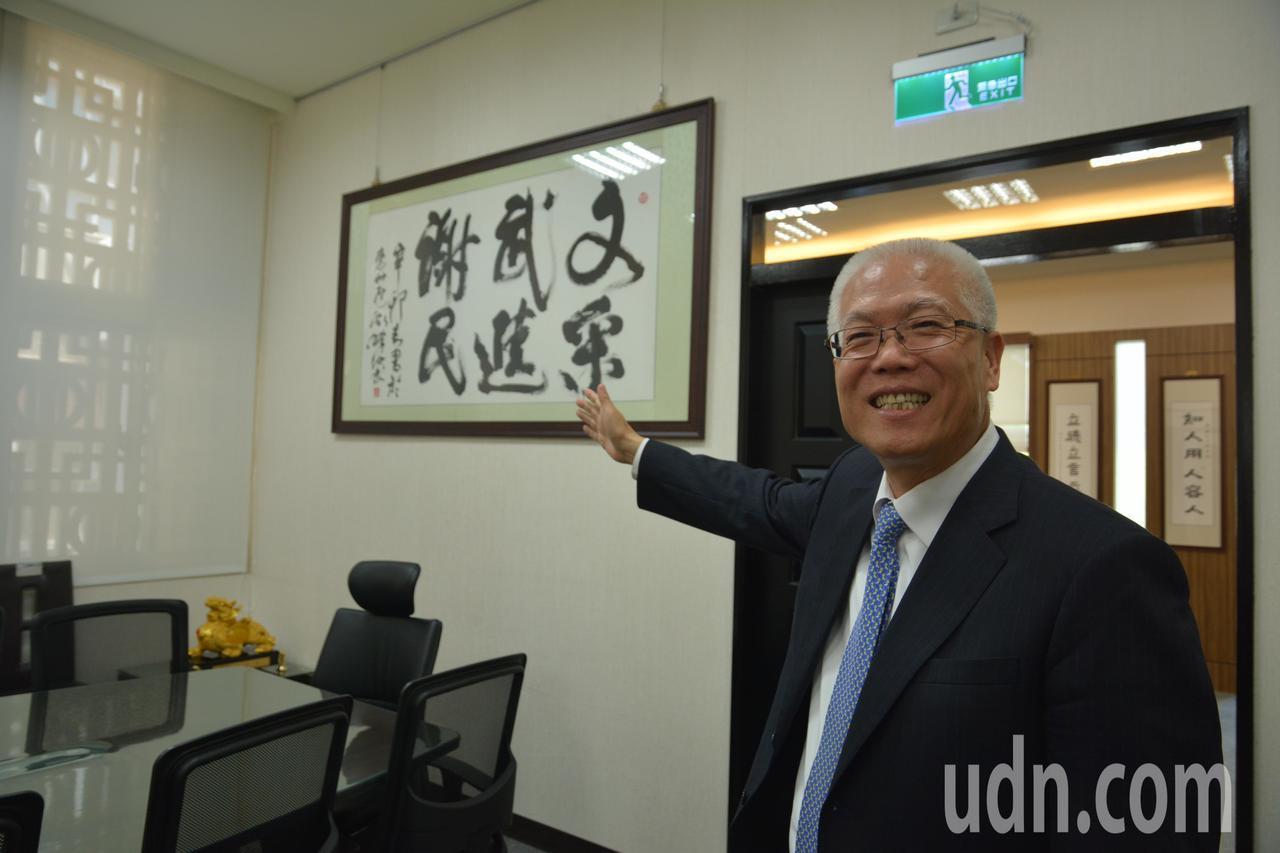 新竹市議長謝文進指著牆上的「文采、武進、謝民」墨寶說,這不是有人勸進他參選市長才...