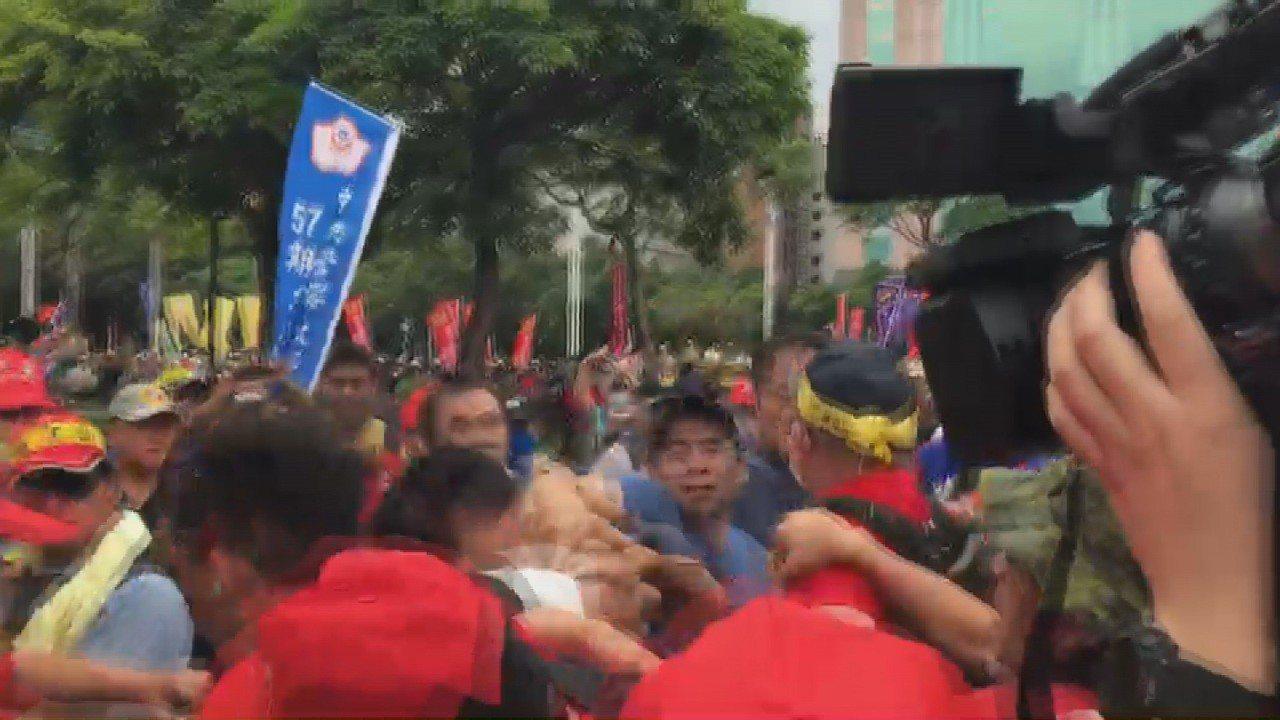 基層警消團體抗議,卻和攝影記者爆發衝突,混亂中有抗議民眾出手打記者。記者莊昭文/...