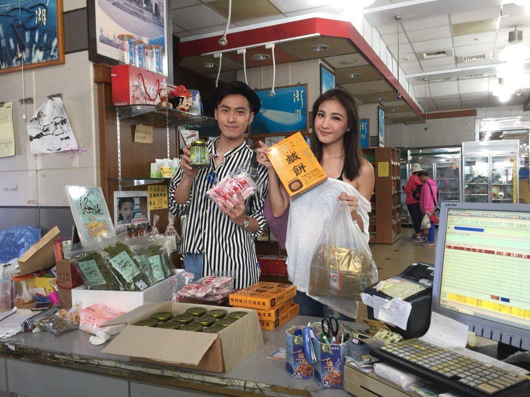 陳思璇超會買,鹹餅、干貝醬、小管醬、黑糖糕滿滿戰利品,張雁名熱心當捆工幫忙提貨。...