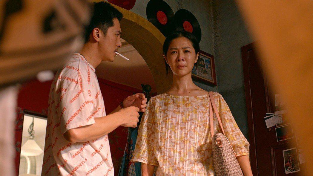 邱澤(左)與謝盈萱(右)在「是誰先愛上他的」中有不少對手戲。圖/華納兄弟提供