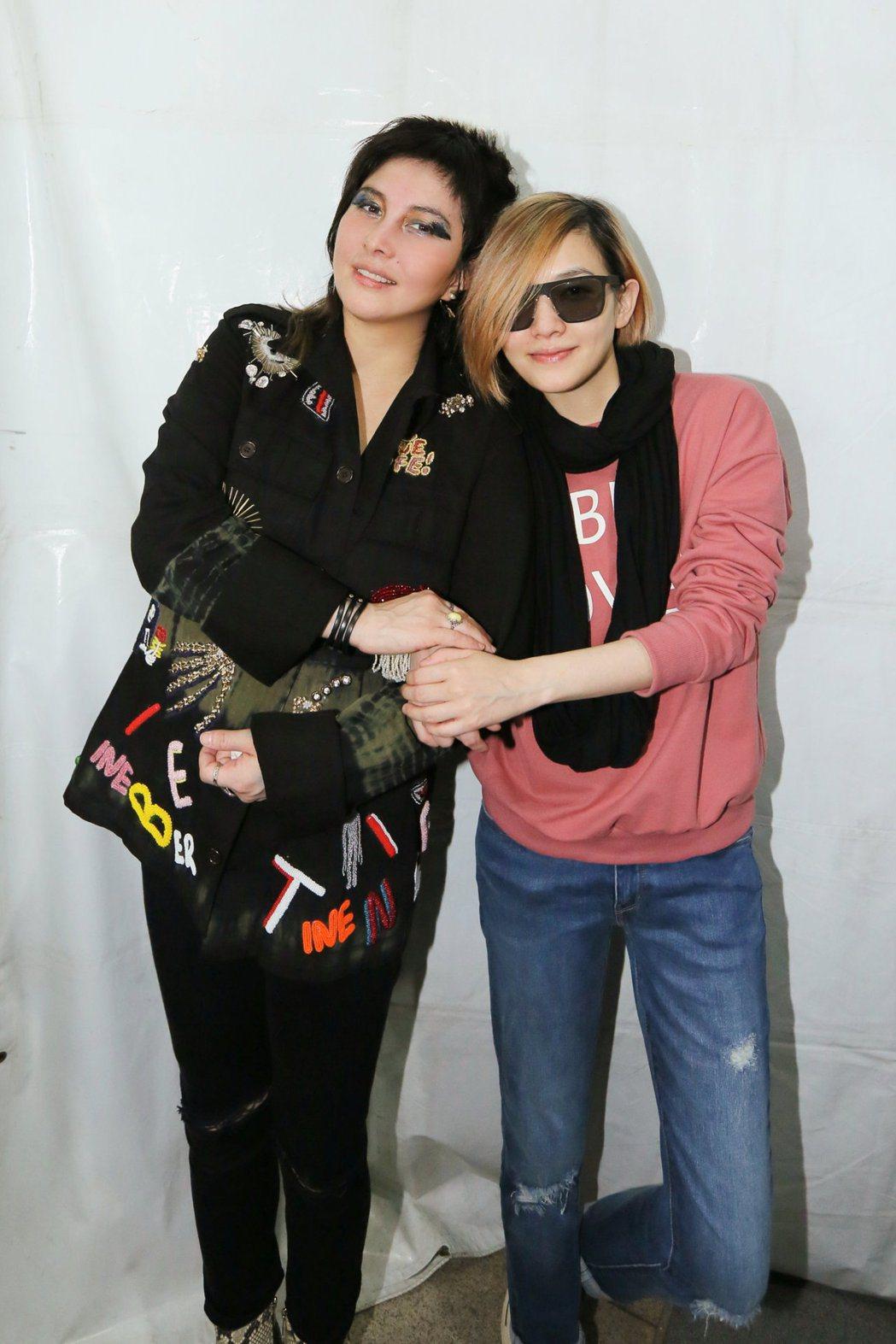 范曉萱(右)化身粉絲在台下支持何超儀演唱會。圖/Drill Team 162提供