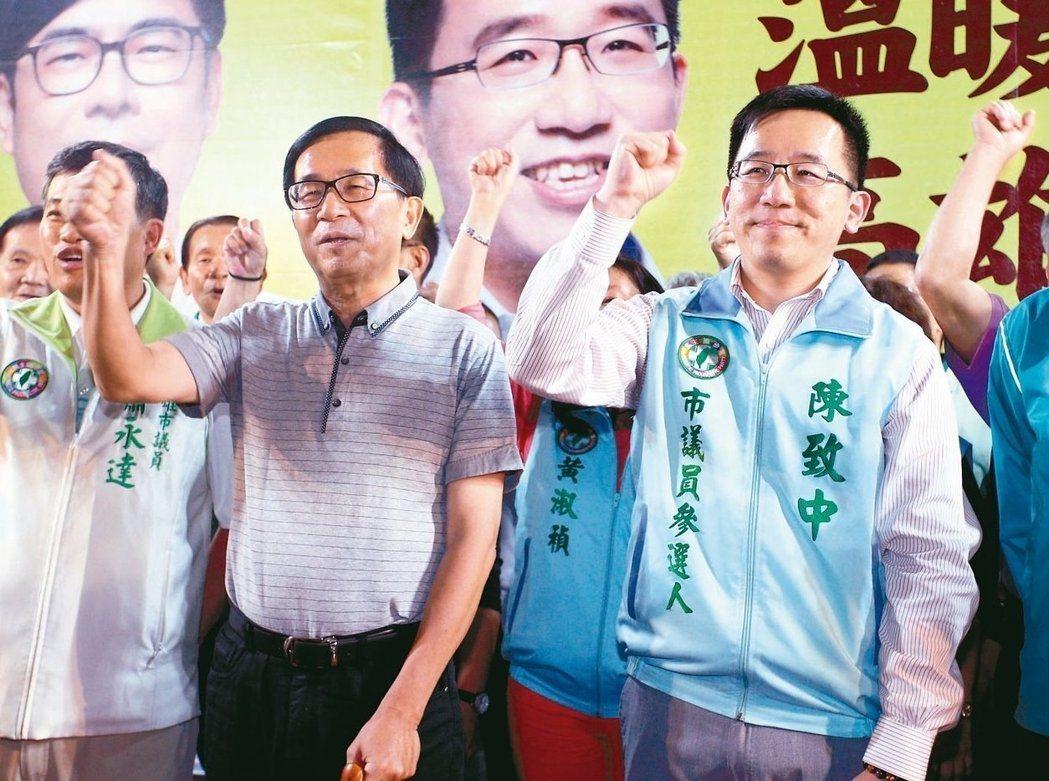 前總統陳水扁(左)今天發的新勇哥物語表示,聽說總統府某發言人的太太,跟朋友打賭年...