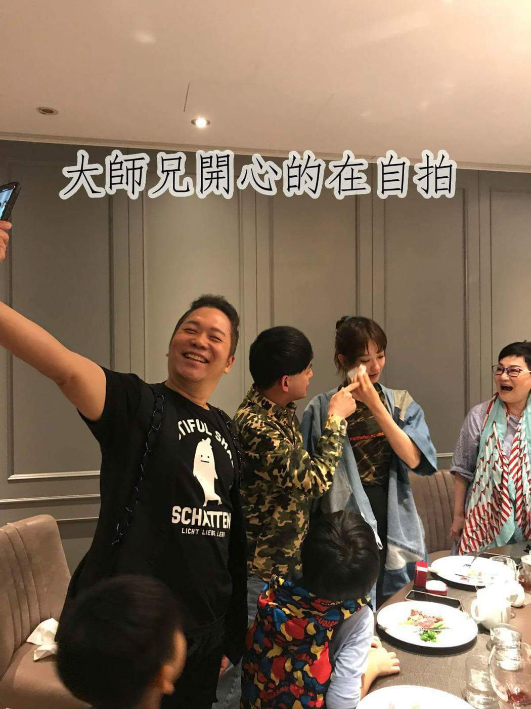 卜學亮(左)開心自拍。圖/摘自張小燕臉書