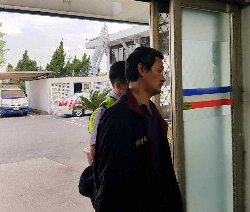 肇事的大貨車司機陸乙豪被帶往國道新營分隊偵訊。 記者謝進盛/攝影