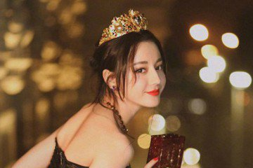 大陸女星迪麗熱巴有維吾爾族血統,白皙皮膚加上深邃五官,讓她一直都是許多影迷心目中的女神,最近迪麗熱巴的一組美圖被傳到日本,引起日本推特網友熱議,狂讚是「中國頂級美女,太耀眼了」,也有人留言「女王風範...