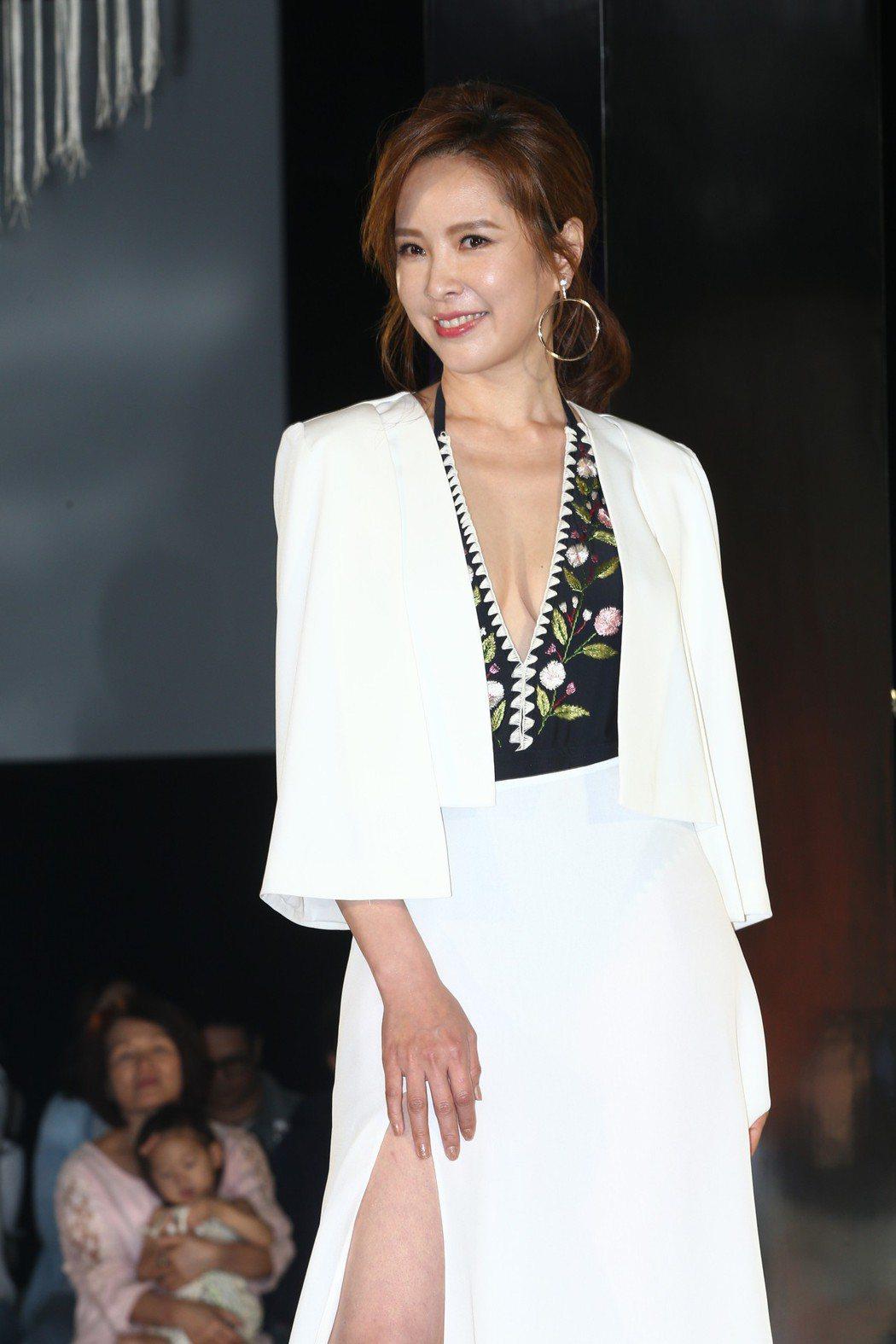 性感女神天心昨天出席2018 FASHION SHOW WET泳裝秀,穿著連身縷...