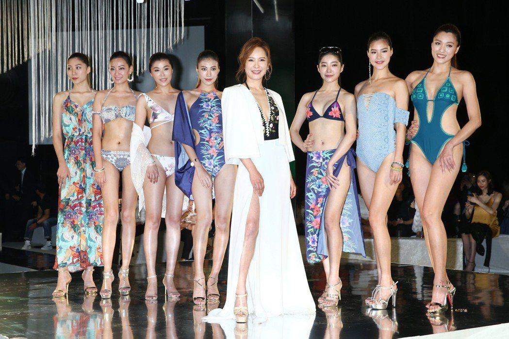 性感女神天心(中)下午出席2018 FASHION SHOW WET泳裝秀,穿著