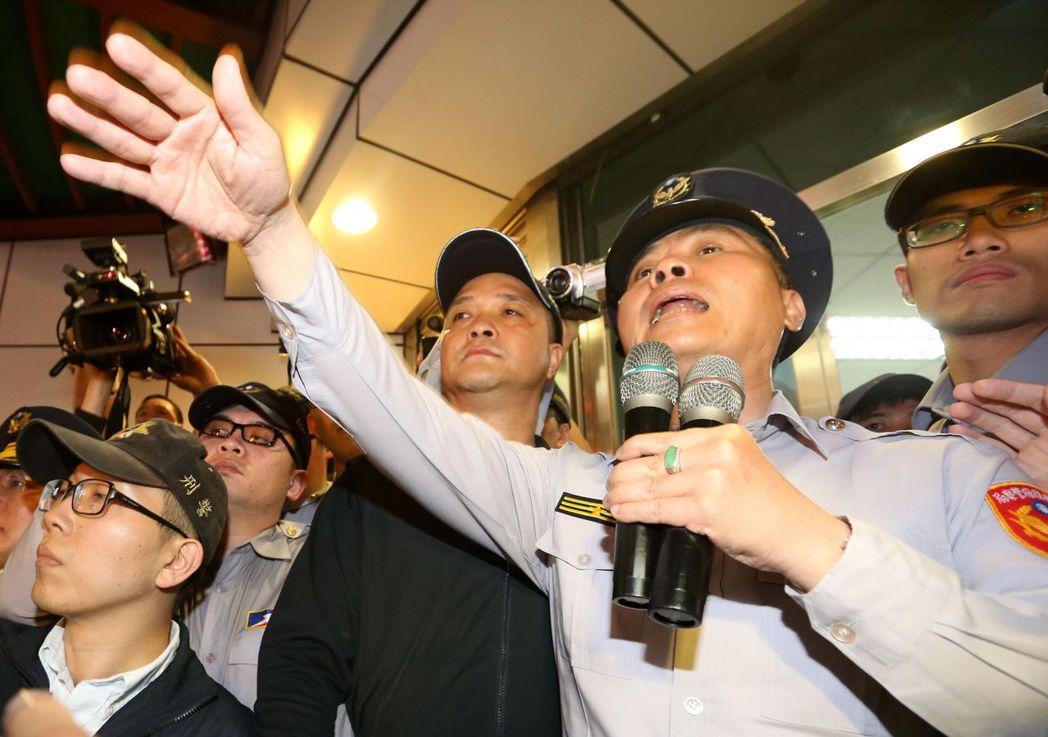 當時分局長方仰寧親自出面與群眾溝通,被學運領袖洪崇晏辱罵。 圖/聯合報系資料照片