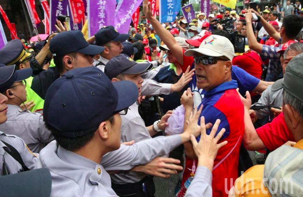 這次包圍的是退休警消等反年改團體。 記者林俊良/攝影
