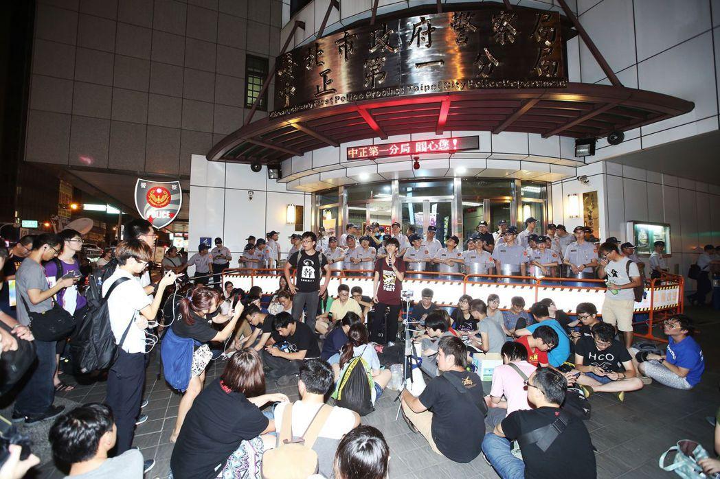 2015年6月9日,絕食的韓國勞工被警逮捕,中正一又被包圍。  圖/聯合報...