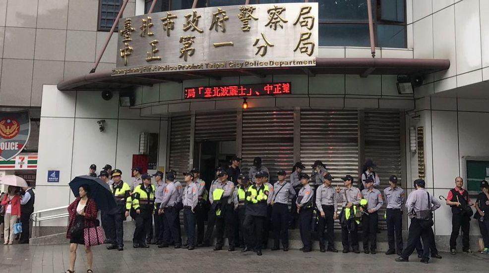 中正一分局昨天因群眾抗爭拉下鐵門。 記者蕭雅娟/攝影