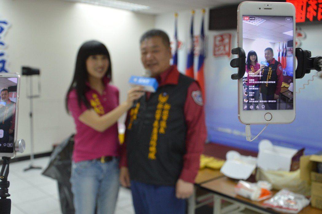 侯友宜首開臉書直播,請來熟悉直播操作議員蔡淑君(左一)主持。 記者施鴻基/攝影