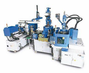 百塑企業推出立、臥式油電複合射出成型機共3部智慧型無人化整合系統。 百塑企業/提...