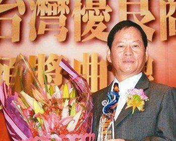 品茂塑膠董事長陳炎生代表該公司接受2018台灣卓越商標優等獎獎盃。 魯修斌/攝影