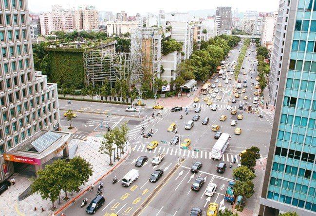 台北市忠孝新生路口。 報系資料照