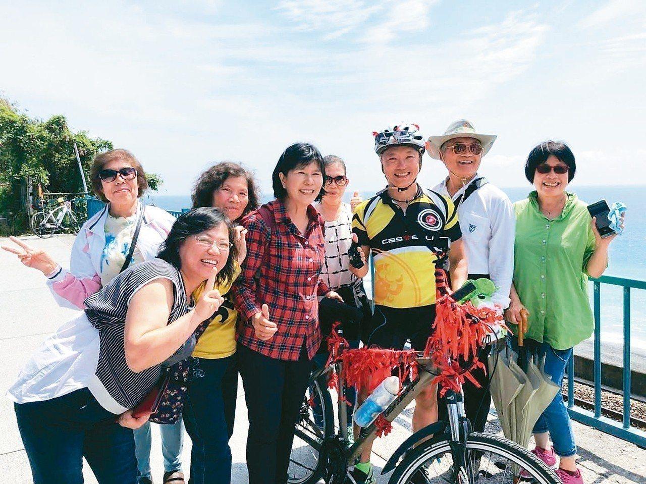 感染愛滋的光哥(右三)希望透過單車環島活動,跟社會大眾多一點接觸,連結更多愛與友...