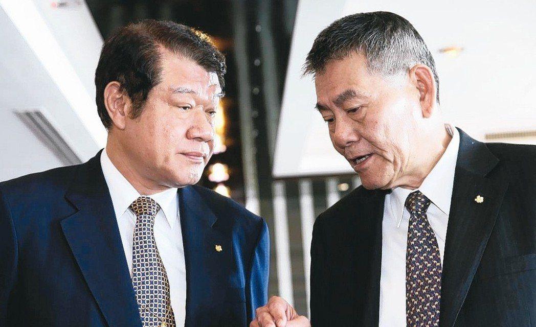 華航董事長何煖軒(左)與總經理謝世謙(右)。 報系資料照