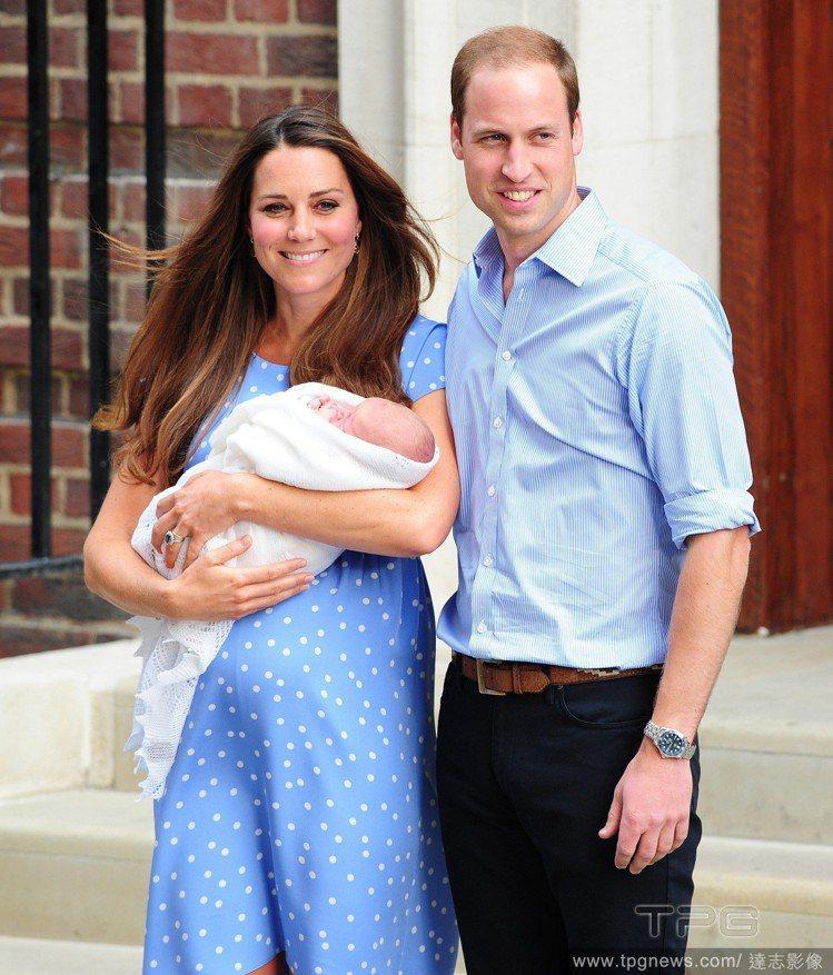 凱特王妃生下小喬治、夏綠蒂也選 Jenny Packham洋裝。圖/達志影像